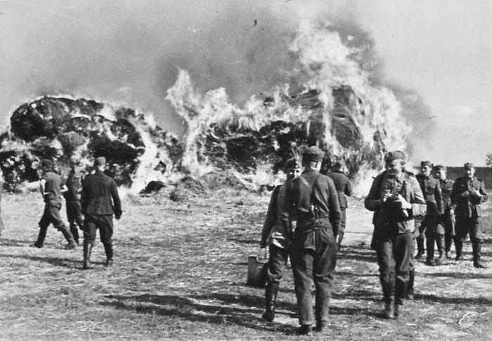 800px-Wehrmachtssoldaten_vor_Brand_1941
