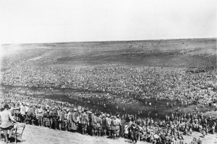 Scherl: Seit Beginn der Frühjahrskämpfe wurden an der Südostfront über eine Million gefangene Bolschewisten eingebracht. Riesig sind auch die Materialverluste der Sowjets. Wieder füllten sich die Gefangenenlager mit Tausenden von Bolschewisten und bedecken mit ihren wimmelnden Massen weiterhin das Gelände. PK-Aufnahme: Kriegsberichter Wahner 13.8.1942 [Herausgabedatum]