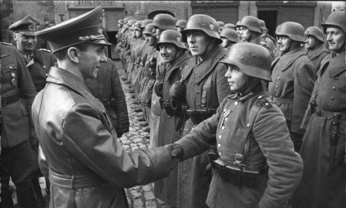 ADN-ZB/Archiv 9.3.1945 II. Weltkrieg 1939-45 Deutsch-Sowjetische Front: Reichspropagandaminister Goebbels begrüßt in Lauban (Niederschlesien) den mit dem EK II ausgezeichneten 16jährigen Willi Hübner, der während der Kämpfe um die Stadt im März 1945 von den Faschisten in den Schützengraben geschickt wurde.